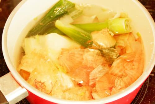 2.鍋に分量の水を入れ、野菜くずを入れ、弱火で20分ゆっくり加熱する