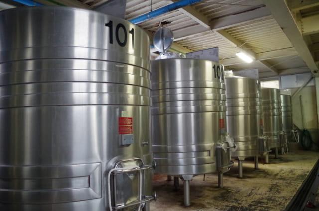 契約農家のデラウエアなどを仕込むステンレスのタンク。ホーローや樽よりも衛生管理がしやすい。