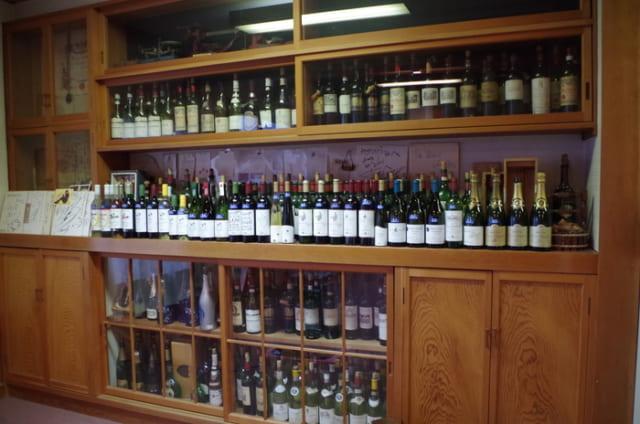 タケダワイナリーの試飲ルーム。一般の見学も受け付けている。歴史やワイン造りの特徴、畑や醸造所の一部を見学できる。要予約、無料。