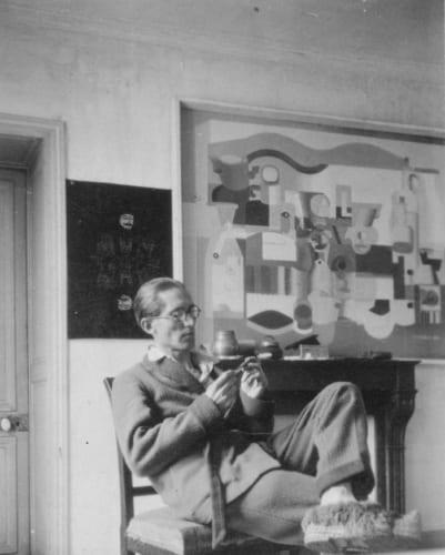 パリ、ジャコブ通りの自宅におけるル・コルビュジエと《多数のオブジェのある静物》(部分)1923年 パリ、ル・コルビュジエ財団 (C)FLC/ADAGP, Paris & JASPAR, Tokyo, 2018 B0365