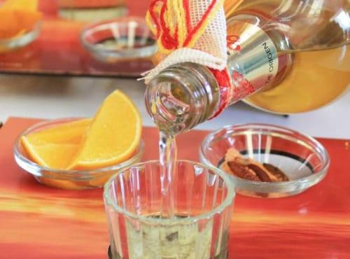 メスカルのお伴はライムではなくオレンジ。そこにチリパウダーを混ぜた塩と乾燥させたグサノ(イモムシ)があれば完璧だ。