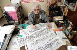 自宅仕事場にて、完成間近の系図を前に、寄席文字書家の橘左近師匠(84歳)。系譜でわからないことがあれば、落語家にじかに手紙で尋ねた。圓生、金馬、正蔵(彦六)、馬生ら、昭和の名人からの直筆の返信は、師の生涯の宝物でもある。