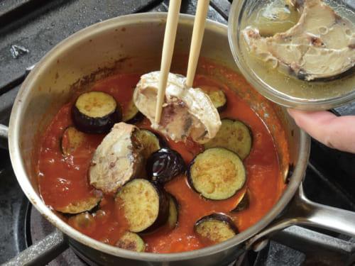 炒めた輪切りの茄子、鯖の水煮とその汁を鍋に加えて、中火で1分30秒くらい煮込んだらトマトソースの完成。