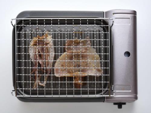 弱火で炙って味わう。イカは焼くと丸まってしまうので、上に網などをのせるといい。