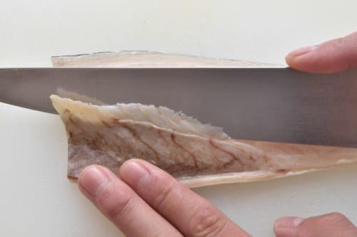 半身には腹骨も残っているので、庖丁を斜めに当てながら腹骨全体をそぎ取る。