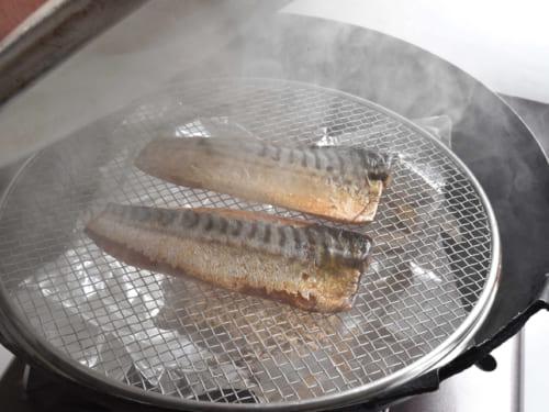中華鍋に蓋をして、中火で加熱。15~20分間燻煙し、皮目が飴色になったら完成。