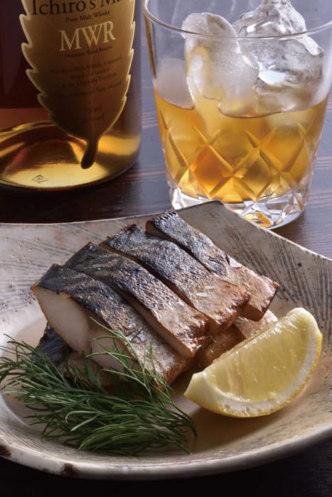 薫香が食欲をそそる。水分が残っているので鯖の旨みが滲み出る。「鯖の燻製はウイスキーとじつに相性がいいんです」(山本さん)