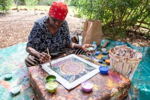 「アボリジナルアート」を描くアナング族のアーティスト