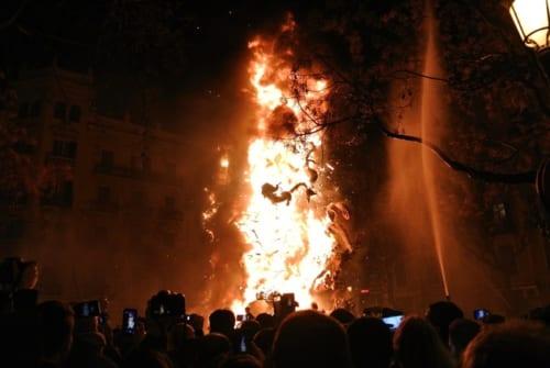 最終日の夜は町のあちらこちらで炎があがる