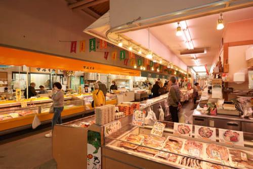 活気がありつつ、親しみやすい魚市場。それぞれの魚について丁寧に教えてもらえますよ。