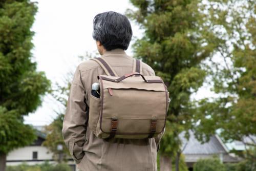 リンボウ先生着用写真の鞄は試作品です(本製品には「Noz」タグが付きます)。
