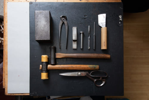 「シルバーレイククラブ」の鞄を作る工具類。