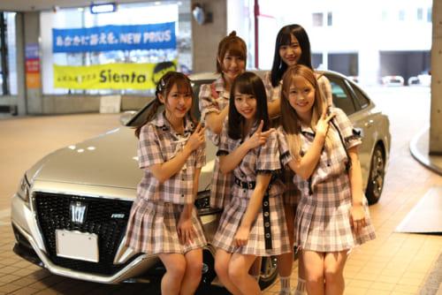 ミニライブでイベント盛り上げたアイドルユニット「NEEDS」のみなさん。新型クラウンにも試乗し、日本を代表する高級車の乗り心地のよさを楽しんだ。