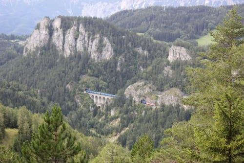 数々の列車がこの絶景を通過