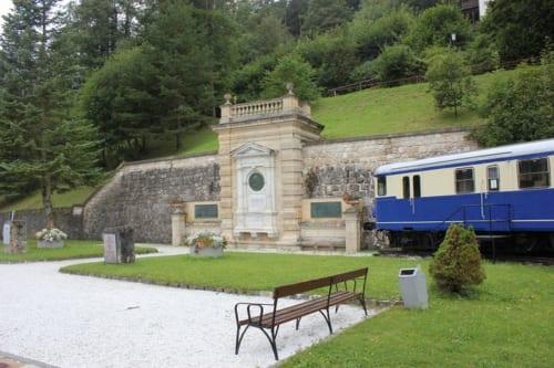 ゲーガの記念碑と、ブラウエ・ブリッツ