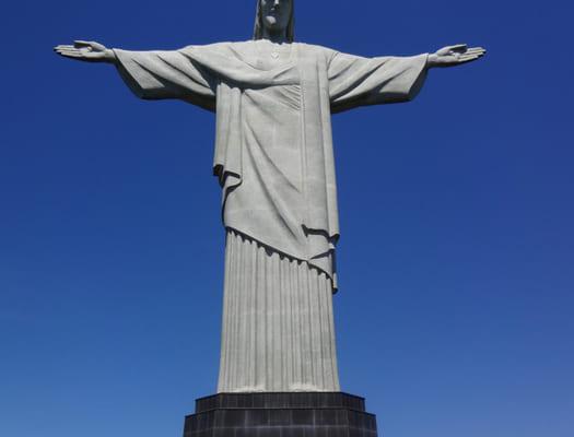 多くの観光客で賑わうコルコバードの丘のキリスト像