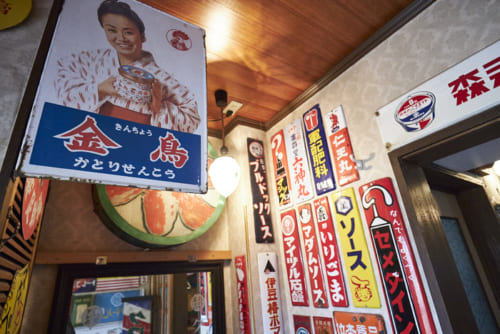 全国各地の骨董市で集めたホーロー看板。昭和を代表するスター・美空ひばりさんを起用した『金鳥』の蚊取り線香の看板は、1967年(昭和35年)ごろから全国に貼られた。