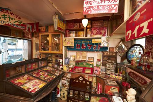 キャラメルパッケージのコレクションを中心とした、駄菓子コレクションの一部。奥にかつての歯科治療室が見える。