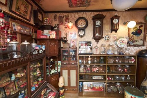 神奈川県横浜市内にある入山さんのコレクションルーム。戦前に制作されたものが中心。かつて、庶民の生活にあり、いつの間にか消えてしまったものがここに集まっている。