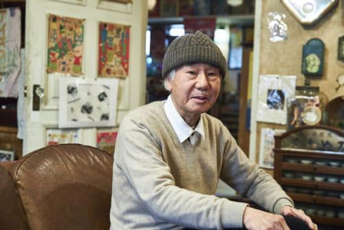 入山喜良さん。明治から昭和初期にかけてのガラス瓶、ブリキのおもちゃ、時計、ランプ、ガラス瓶、駄菓子屋物など一万点以上所有。