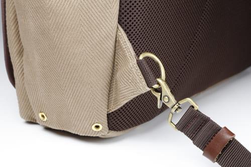 ショルダーバッグのベルトや、リュックの背面ベルトは、この金属リングに脱着する仕組み。クリップ式の金具で簡単に脱着することができます。
