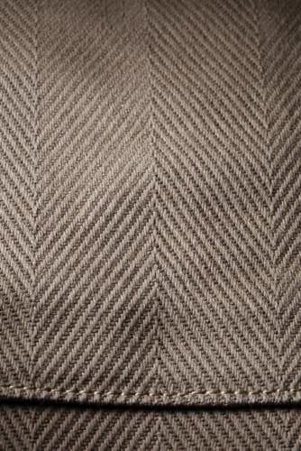 本体生地は、パラフィン加工を施し、抜群の撥水効果をもたせたヘリンボーン(杉綾織り)の厚地木綿。天然素材ならではの高級感をもちながら、ある程度の防水性があり、ちょっとの雨くらいならへいちゃらです。