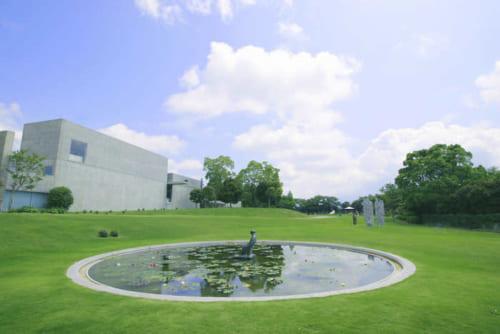 彫刻作品「水を着る女」が佇む池。初夏から睡蓮の花が開花し、幻想的な美しさを誇ります。