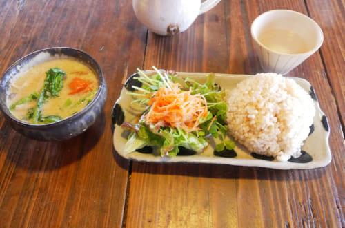 信楽焼の器に盛られた、タイカレー850円。季節の野菜がたっぷり入ったカレーは絶品です。
