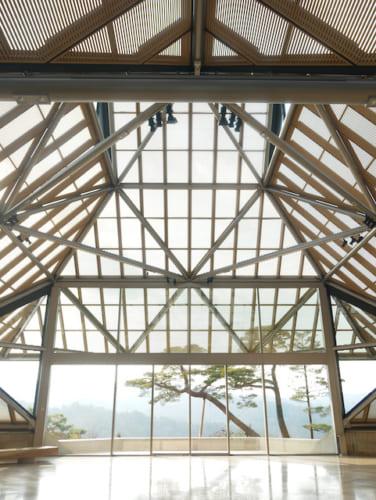 柔らかな光が差し込む美術館棟のエントランスは圧巻の一言。
