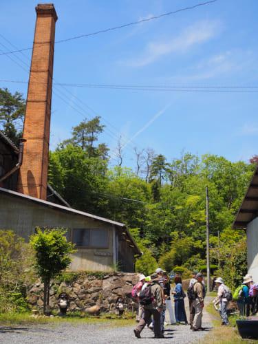 窯元の煙突が立っている様はやきものの町ならでは。