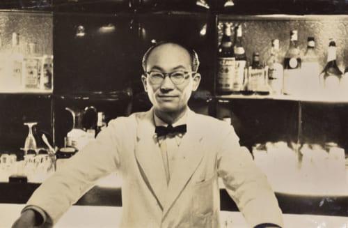 バーテンダーとしてひとり立ちした頃の井山さん。日本語のカクテルブックもない時代に、先輩たちの仕事を見てカクテルの作り方を覚えたという。昭和30年、30歳の頃。