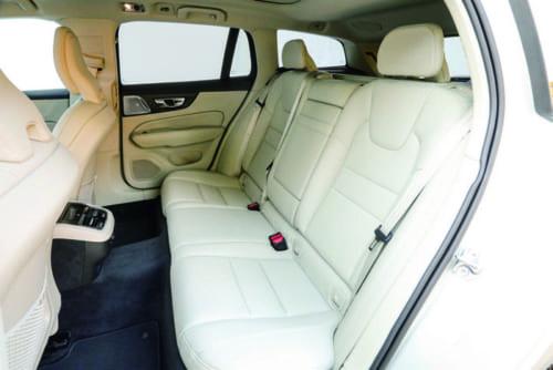 後席の着座位置もやや低め。足元は広く、頭上の空間も確保されている。ガラスルーフは後席の頭上まで大きく拡がり、室内はとても明るい。