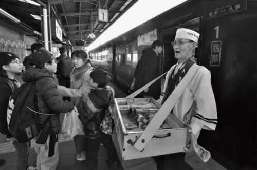 ホームに菖蒲さんの売り声が響く。その直後、駅弁が売れ出した。この日は中国からの観光客が多く、『栗めし』がよく売れていた。