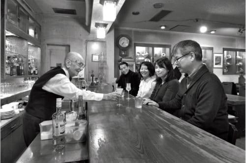 経営する『ケルン』(※山形県酒田市中町2-4-2019 電話:0234・23・0128 営業時間:19時~22時30分 定休日:月曜、火曜)で注文のカクテルを提供しながら、カウンター越しに和やかな会話が弾む。多趣味で、話題も豊富な92歳だ。