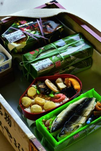 人吉駅の2大名物駅弁は『鮎ずし』と『栗めし』。「今どきの人気の駅弁の主役は肉とカニですが、うちの駅弁は昔のままの素朴な山の味です。ファンが多いんですよ」。各1100円(税込み)。