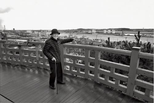 近くの日和山公園を散策する井山さん。最上川を指し示しながら、松尾芭蕉の『奥の細道』の旅程を説明する。かつてはこの高台から、北前船の船乗りたちが出港前の日和を確かめたという。