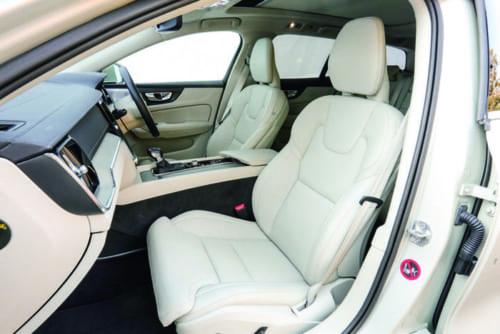 前席の着座位置はやや低め。座面、背もたれともに多少硬さを感じるが、体をしっかり支えてくれるので、長距離運転でも疲れが少ない。