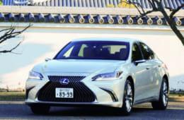 レクサス車の顔として定着した、台形をふたつ合わせたようなスピンドルグリルが印象的。ヘッドライトは小型LED3眼を採用。