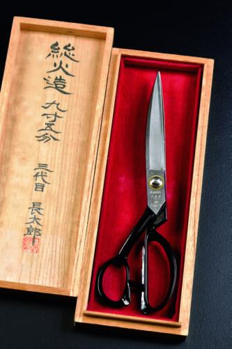 羅紗裁ち鋏ばさみの最高傑作である「長太郎総火造り鋏 九寸五分(長さ28.5㎝)」(30万円)。三代目長太郎こと石塚昭一郎さんの作で、全て手造りの注文品。これくらいの長さになるとプロ向けだ。