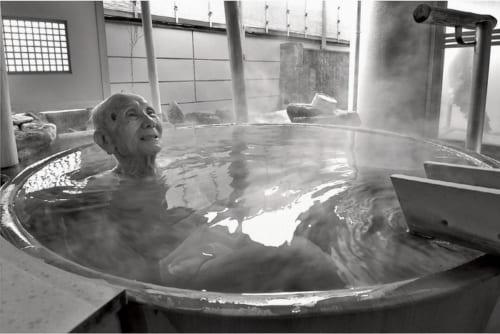この日は湯野浜温泉の旅館『いさごや』の湯に浸かり、ゆったりと寛ぐ。「じつはこの湯野浜へ行く列車の中で、まだ女学生だった女房と初めて出会ったんですよ」