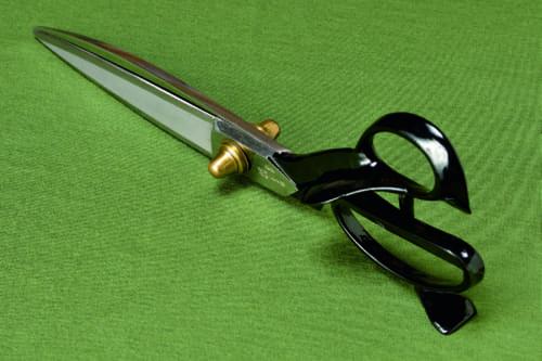 父である二代目長太郎作の「総火造り押し手付き鋏」(非売品)。布に切れ目を入れたら、押し手の部分を布に置き、鋏を前に出すだけで、余分な力は入れずに布を裁つことができる。