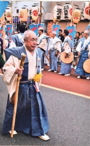 町内でも有名な祭り好き。昨年の6月3日、東京南千住・素盞雄神社の天王祭で、常任総代として祭り行列を先導する石塚さん。