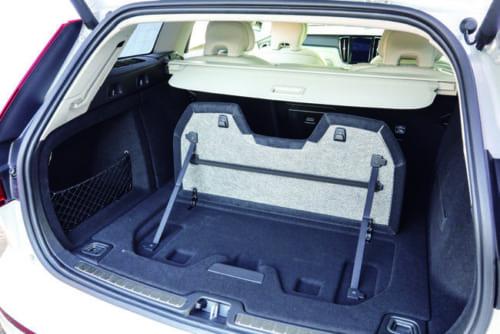 間仕切りのように床を立ち上げることができる荷室。荷物が転がるのを防ぐ。立ち上げた床面にはレジ袋などを掛けるフックを備える。