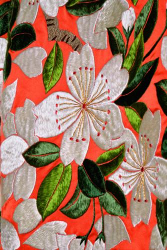 「繚乱」では、主役の桜と濃淡ある葉、デザイン化された幹と枝が融合。