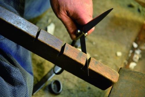 擦り合わせが切れ味を決めるため、ため木を使って刃のひねりや咬か み合わせを見る。