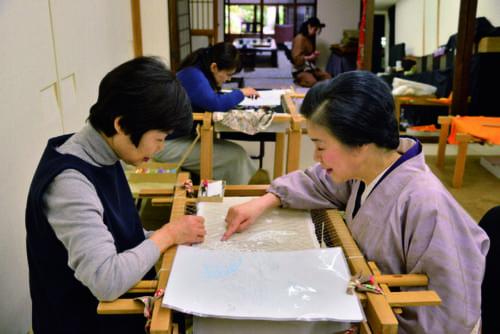 『貴了庵』では、純恵さんの京繍教室を開催。東京教室は敏明さんの担当だ。いずれもオリジナルの着物、帯、バッグ、小物など好きな作品が制作できる。その他、一日体験刺繍教室もある(貴了庵/京都市北区平野鳥居前町5 電話:075・200・4617)。