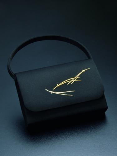 純恵さん制作のバッグ「松葉」には気品が漂う。長艸家に伝わる松葉文は京繍の伝統的図案で、きりりと尖らせた先端に、使う人への細やかな思いが込もる。