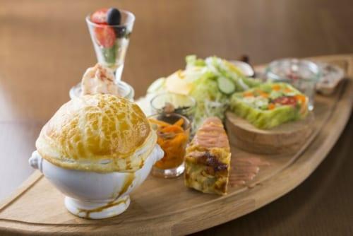 &TREEの「かずさ彩り野菜と選べる自家製ポットパイのプレート」。大満足の品ぞろえ。