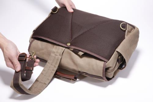 リュックの背面ベルトを使わないときには、背面ポケットに収納することができ、肩掛け/手提げ鞄のときには、すっきりとした形になります。