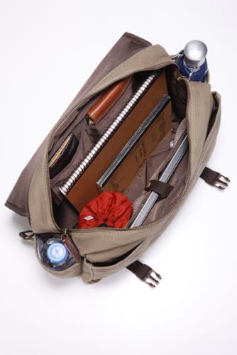 鞄の内側には、開放式ポケット×2とホック式の大型ポケットを装備。『サライ』サイズ(A4)の書類や1泊旅行の着替えも余裕で収納可能です。